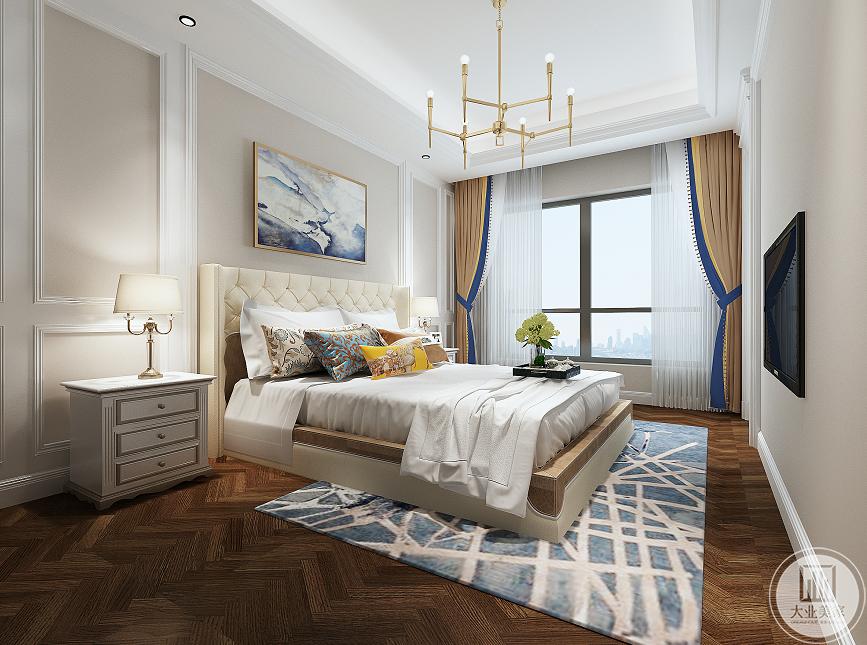 主卧的设计真的是最喜欢的,因为户型稍微有点畸形,斗柜放在那里,完美化解尴尬,方便用又好看。床头背景墙用壁纸加石膏线包边,看上去很温馨。床是实木的,睡起来会很舒服。