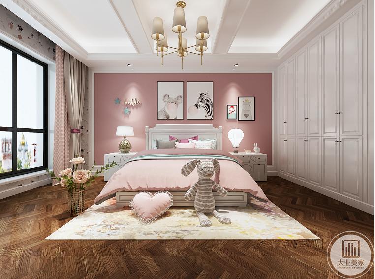 无论房间多大,一定要显得宽敞,在整体布置上,不做过多的装潢和布置过多的家具,采用了榻榻米的设计,合理利用空间,为小孩子的活动留出了一定空间,色彩较为鲜艳,符合小孩子的喜好。