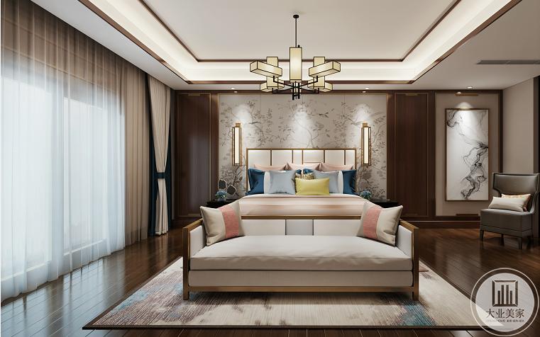 主卧效果图:深原木色的地板,地毯和床都选择了蓝白色系,墙面采用了浅色花纹的壁纸  ,两边对称的原木框架,往右放置一副泼墨挂画,灰色的布艺沙发。