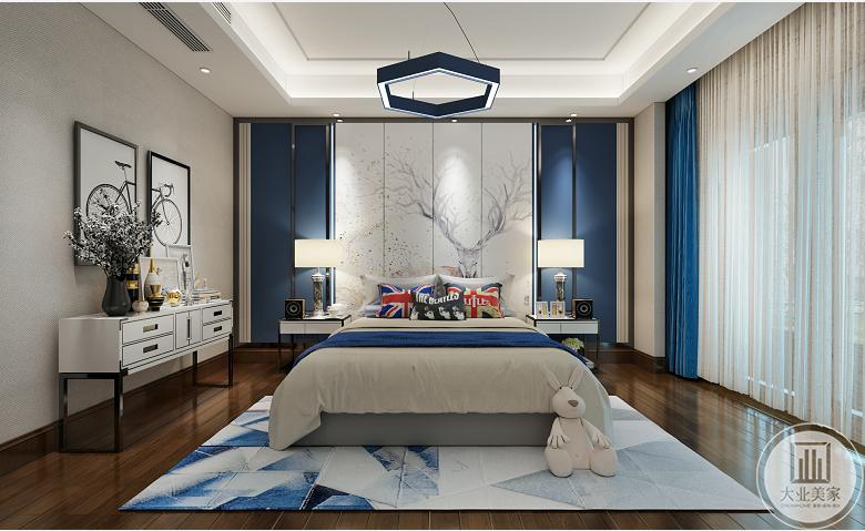 儿童房效果图:儿童房主要以蓝色为主,蓝白拼接的几何图形地毯,蓝色米字抱枕,背景采用对称的蓝色搭配中间白色的麋鹿装饰画,简约的吊顶搭配蓝色的六边形吊灯,显得整个空间简洁大方。