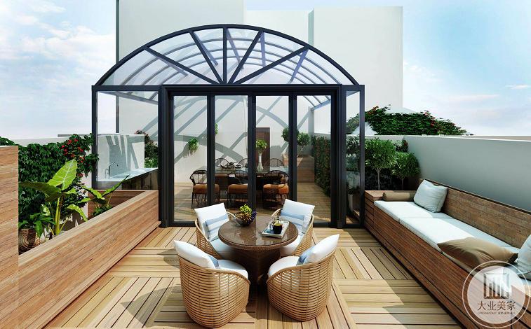 楼顶效果图:楼顶做成了明亮的阳光房,放置桌椅闲暇时光与家人朋友坐在一起喝喝茶聊  聊天,另外一边则是露天的沙发座椅,种上一些绿植,别有一番滋味。