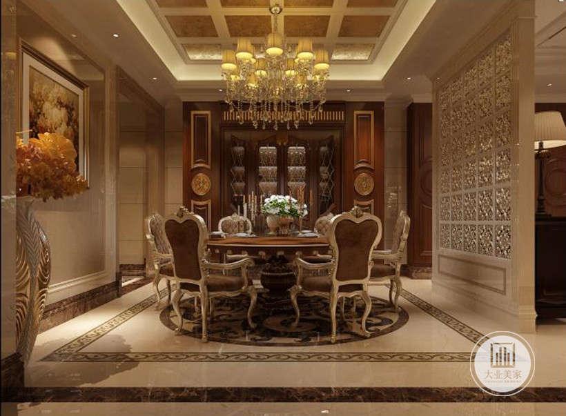 餐厅效果图:餐厅的餐桌使用了棕色大圆桌,配上金色镶边的古典风格椅子,尽显尊贵餐桌上方的水晶吊灯豪华典雅,使整个空间看起来尊贵又不落俗套。客厅与餐厅用玻璃屏风分隔,增加了通透感。